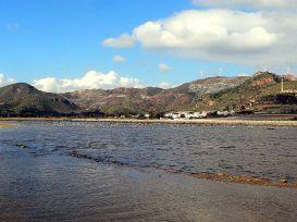 Vista del cerro del Sancti Spíritus con las terreras de estériles mineros desde la Bahía de Portmán.